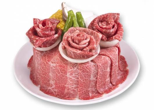 Torta di compleanno con carne cruda: la nuova tendenza dal Sol Levante