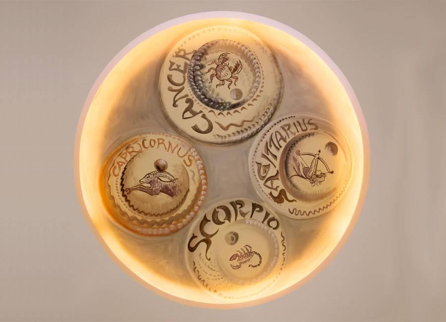 Lampadario raffigurante alcuni segni dello Zodiaco al ristorante pizzeria in provincia di Verona