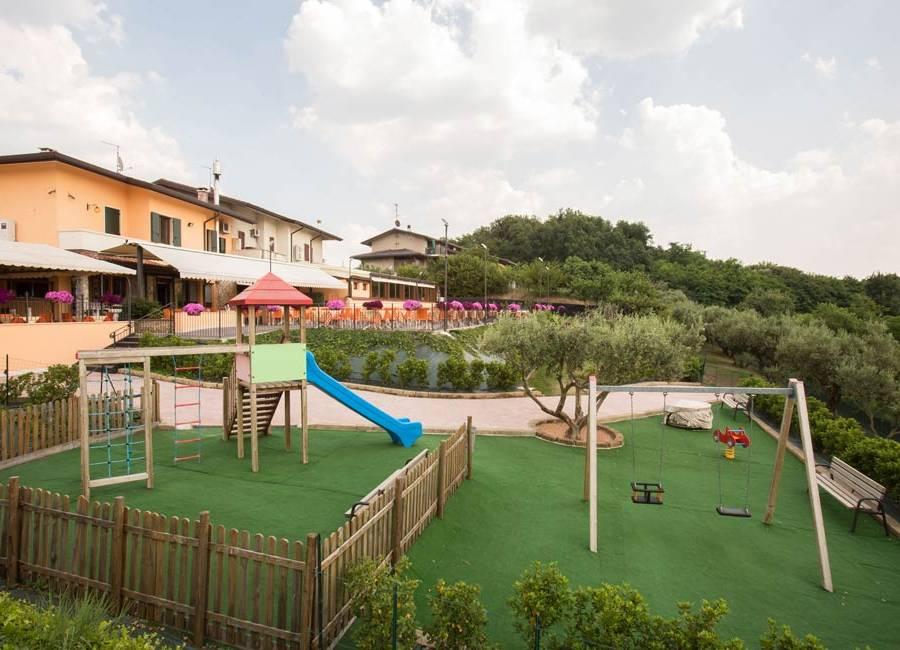 Ristorante con giochi per bambini e terrazza panoramica per mangiare all'aperto