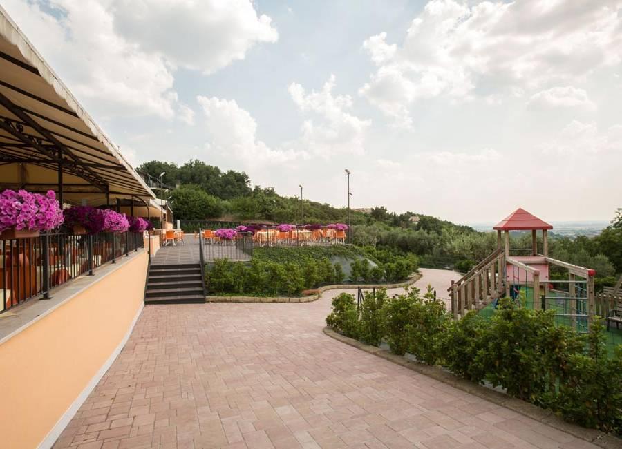 Accesso alla terrazza panoramica del ristorante pizzeria La Panoramica